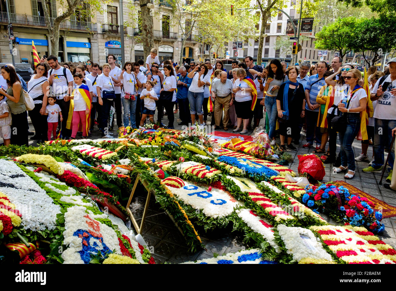 Fleurs portées à un mémorial de guerre sur la fête nationale catalane (Diada) 11 septembre 2015 Photo Stock