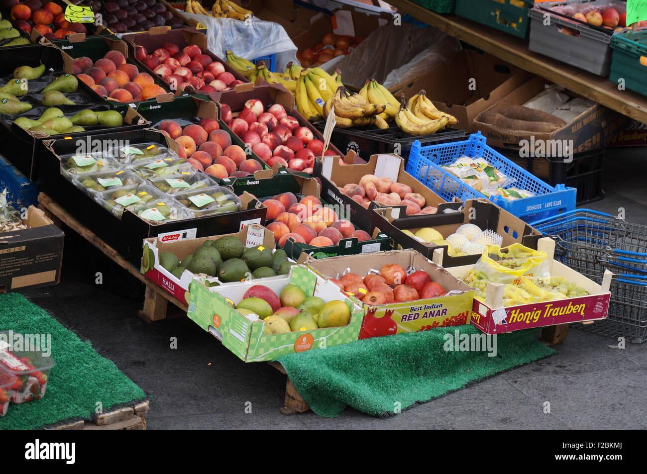 Sur l'affichage à l'extérieur un fruit Shop Photo Stock