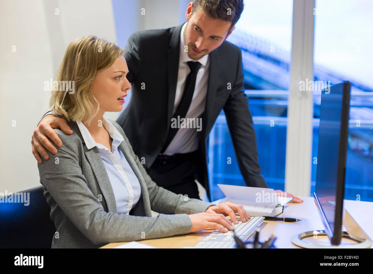 Rassurant businessman with a souligné in office Banque D'Images