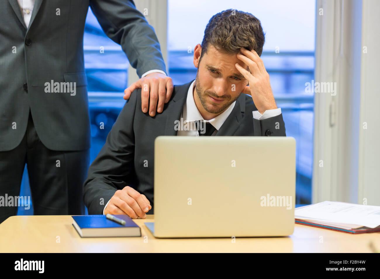 Business frustré avec son collègue dans son bureau Banque D'Images