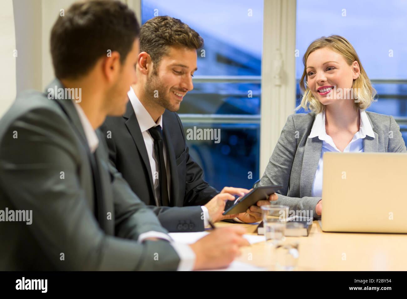Discuter avec les collègues de Businesswoman leur bureau Banque D'Images
