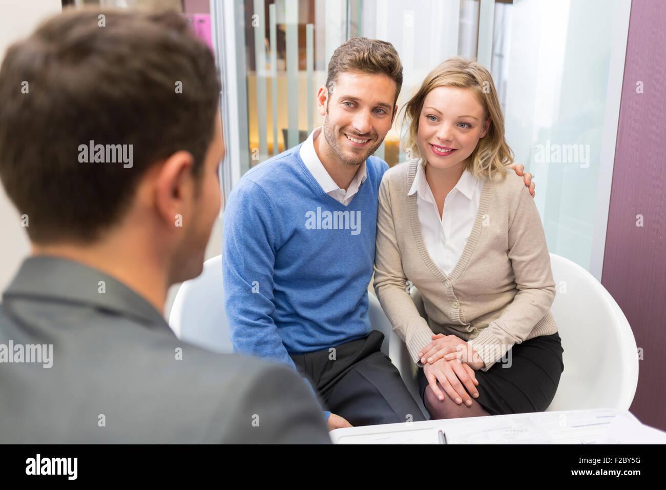 Conseiller financier rencontre avec couple in office Banque D'Images
