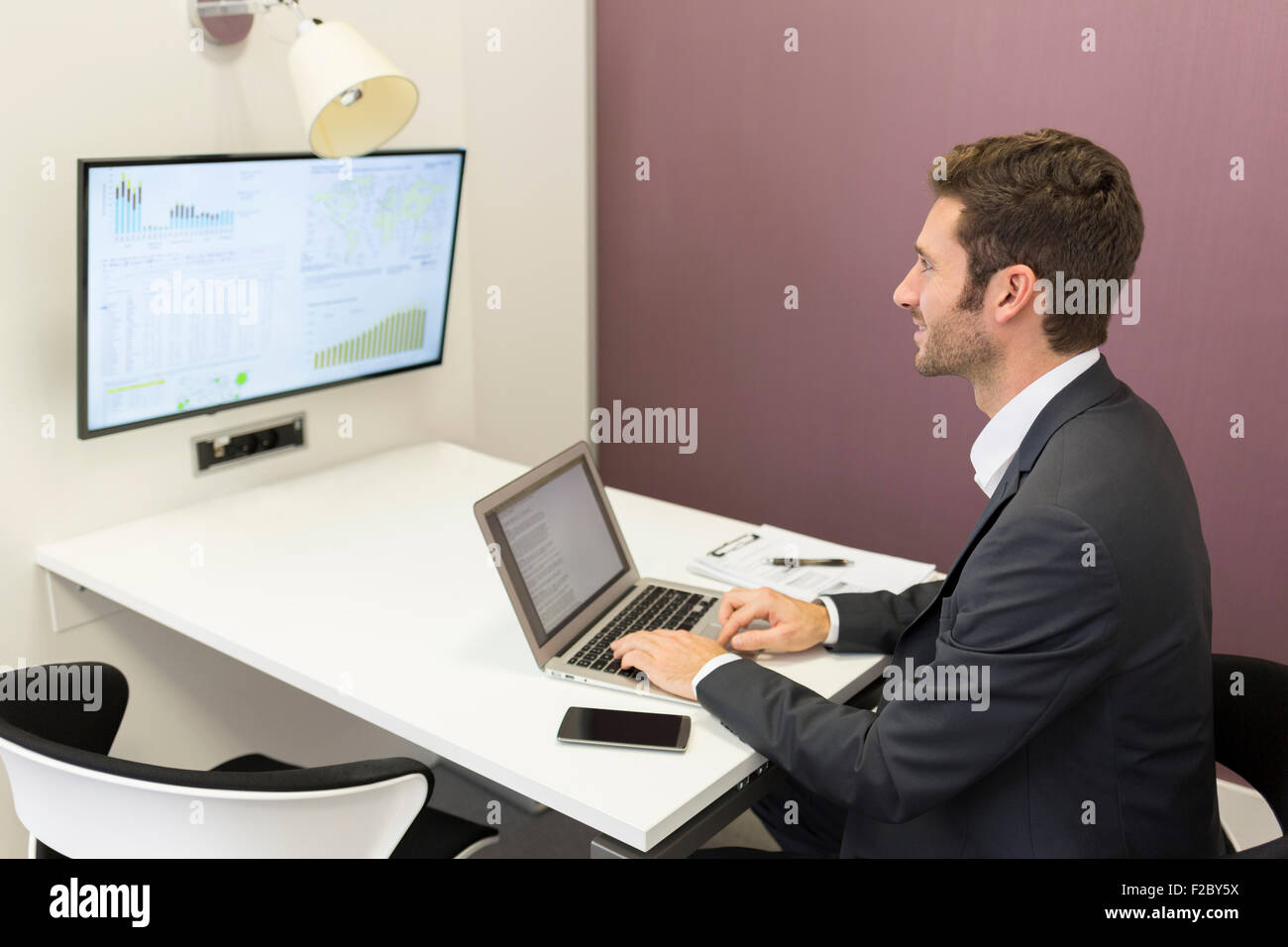 Businessman using laptop working in conference room Banque D'Images