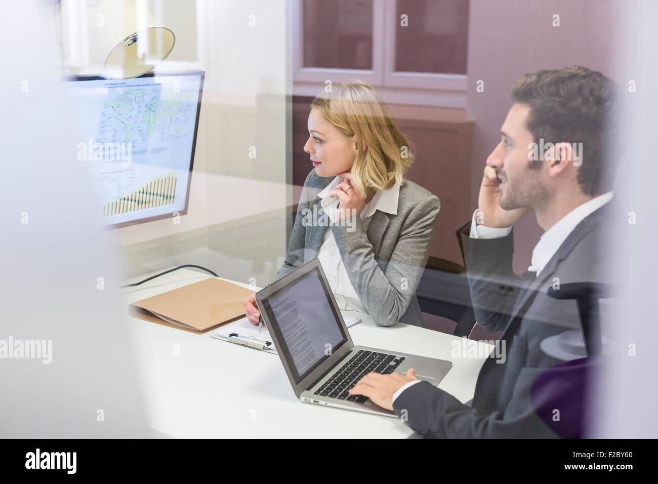 Business colleagues working on laptop in office et de réunion Banque D'Images