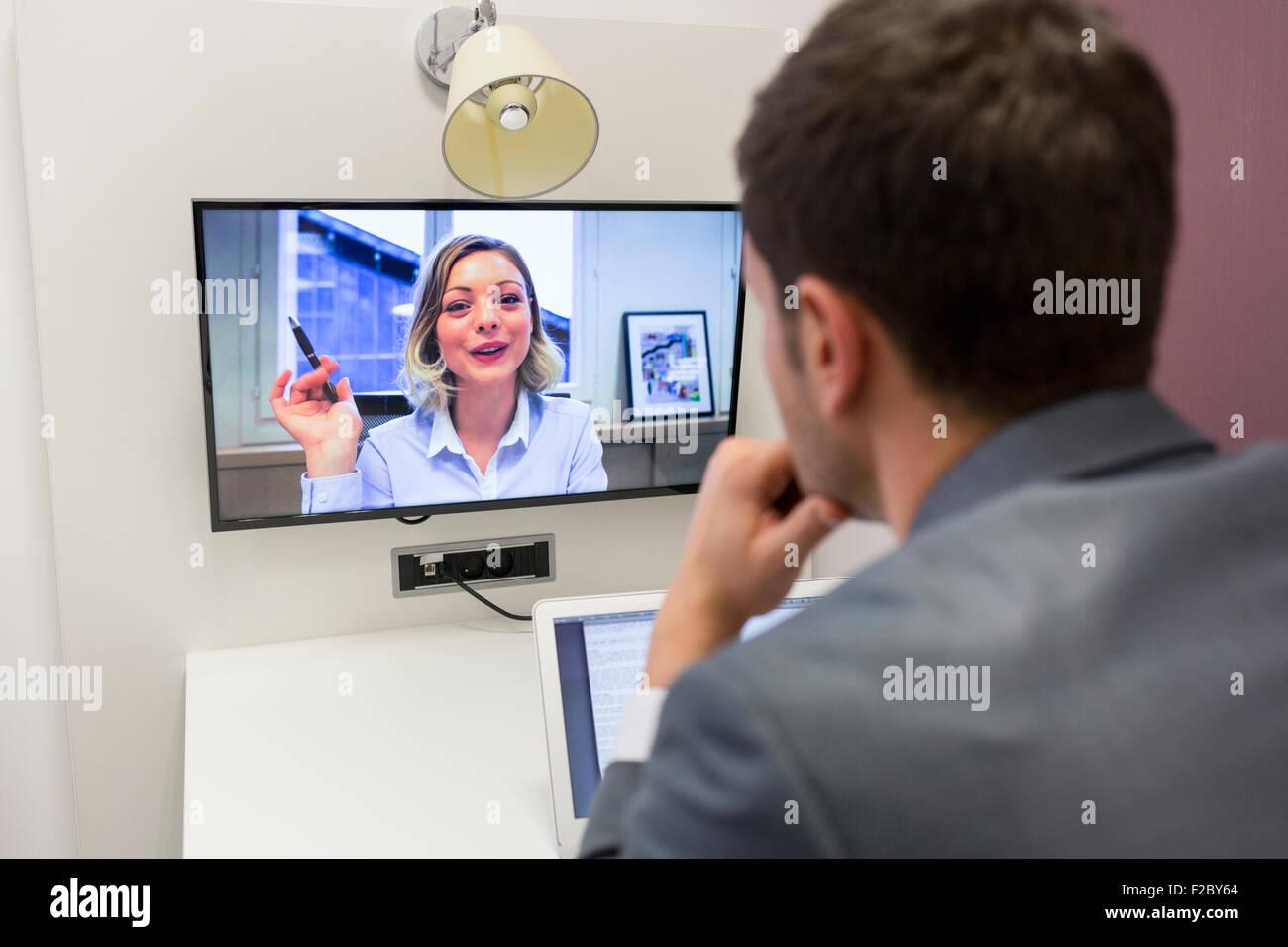 Businessman en vidéo conférence avec sa femme in office Banque D'Images