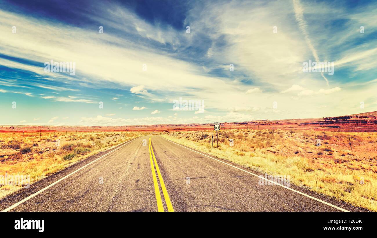 Retro Vintage style vieux film pays sans fin dans l'autoroute USA, voyage aventure concept. Photo Stock