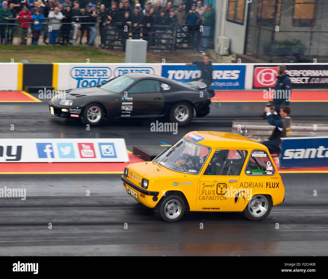 Voiture électrique drag racing dans le pro et classe à Santa Pod. Jonny Smith face visible au volant d'une Photo Stock