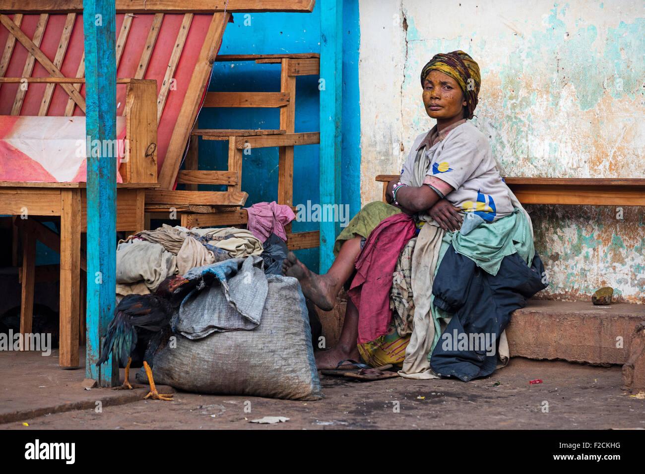 Malgache pauvre femme sans-abri dans la ville haute Matsiatra Ambalavao, Madagascar, Afrique du Sud-est, Photo Stock
