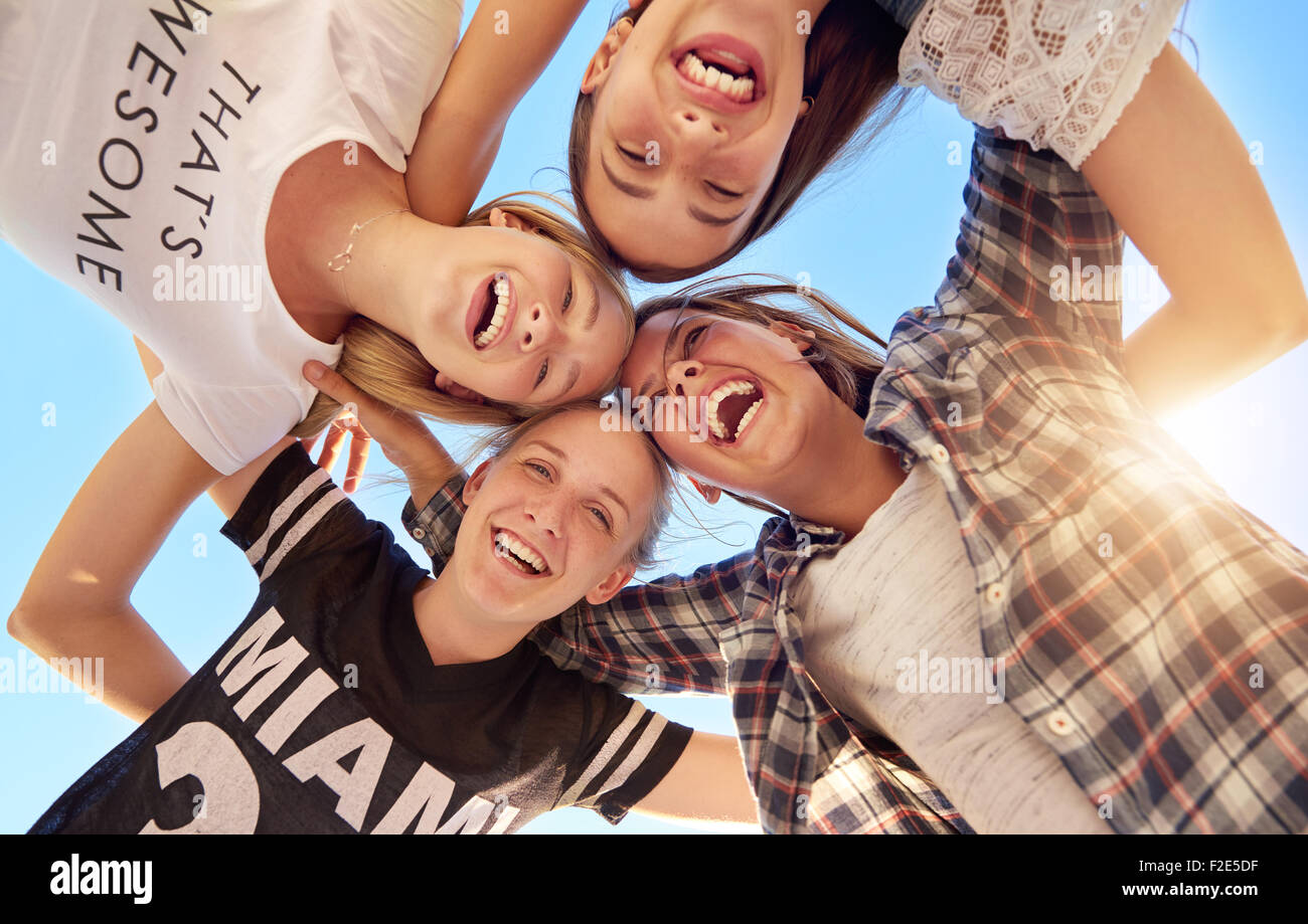 Groupe d'adolescents en restant ensemble looking at camera Photo Stock