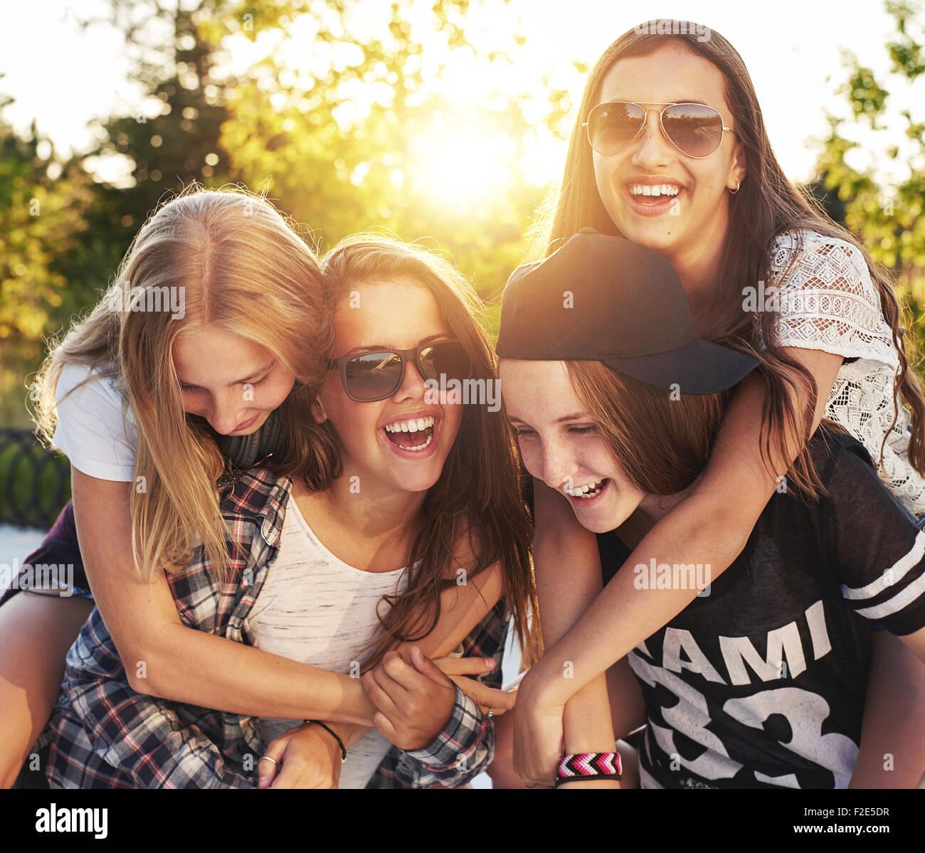 Groupe d'amis à rire et s'amuser Photo Stock