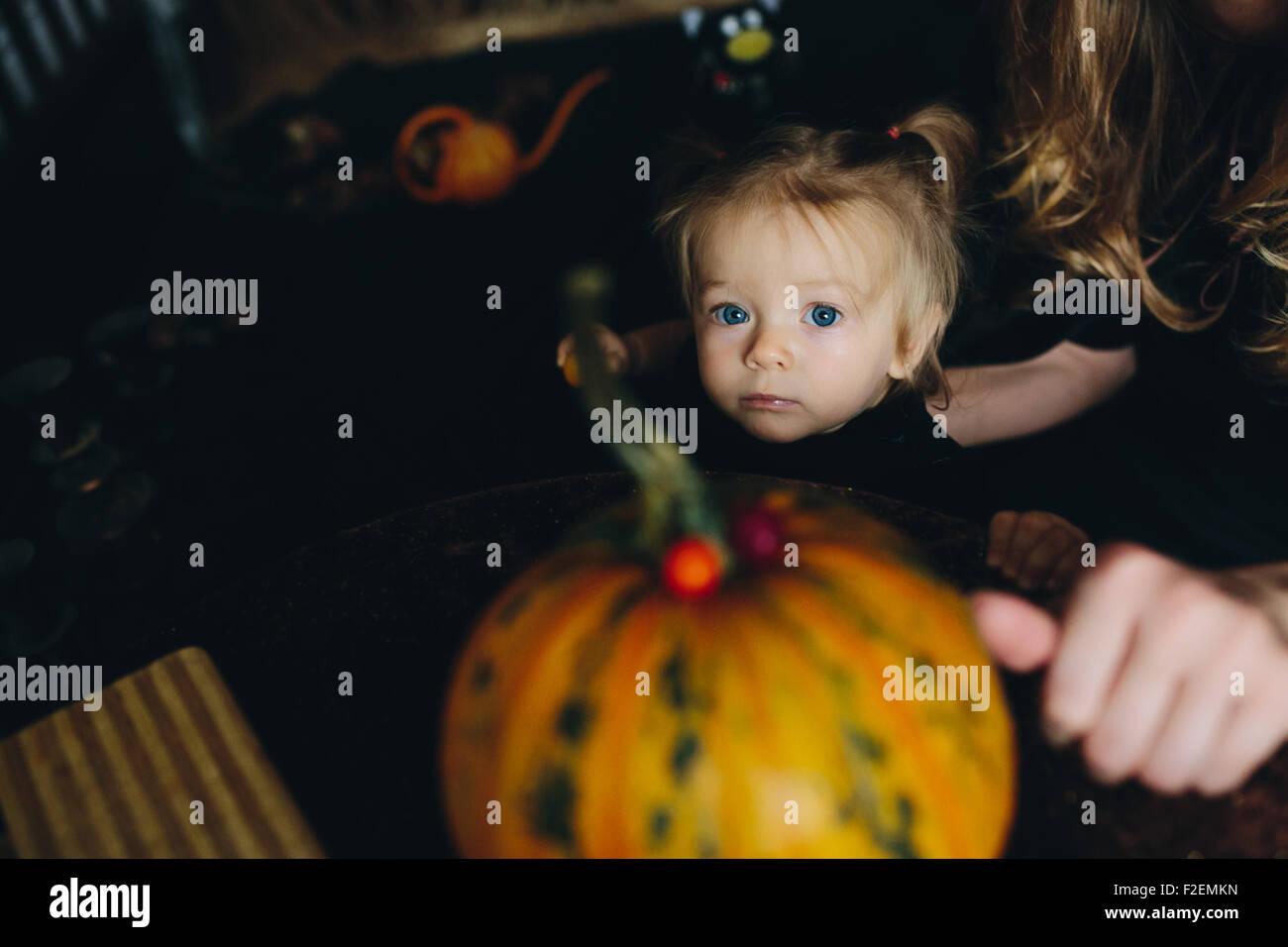 Petite fille jouant dans une sorcière Photo Stock