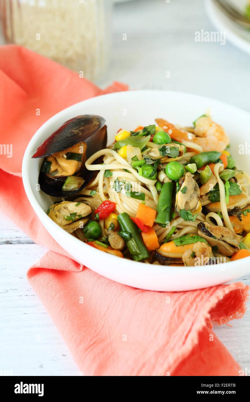 Nouilles aux crevettes et moules, plats savoureux Photo Stock