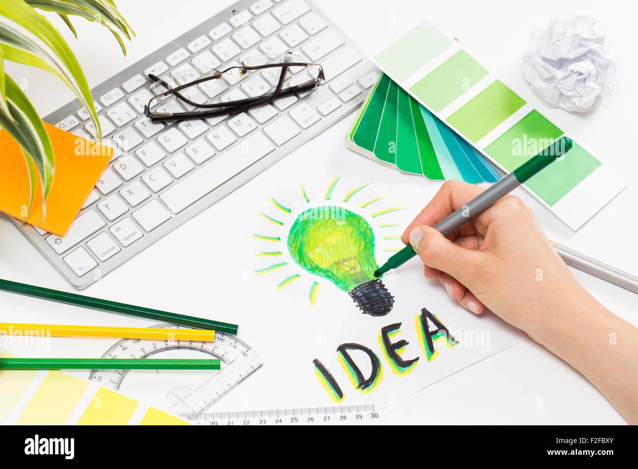 Dessin designer une lumière verte l'ampoule. Remue-méninges et d'inspiration cocnept. Photo Stock