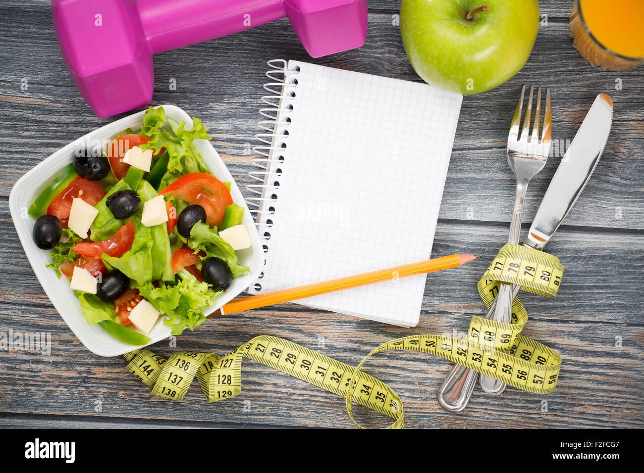 Suivre un régime de remise en forme et d'entraînement de l'espace de copie sur table en bois. Photo Stock