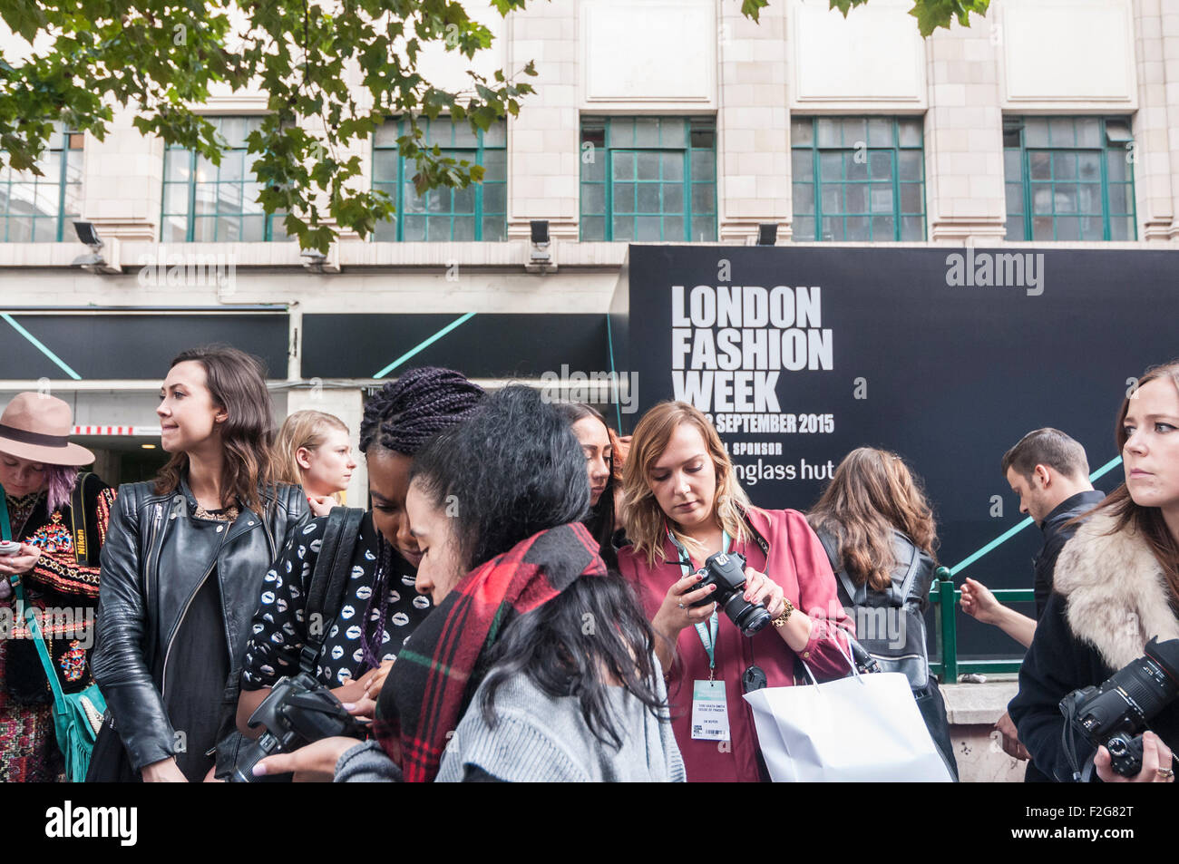 Londres, Royaume-Uni. 18 septembre 2015. Fashionistas et partisans de la mode se rassemblent à la nouvelle Photo Stock