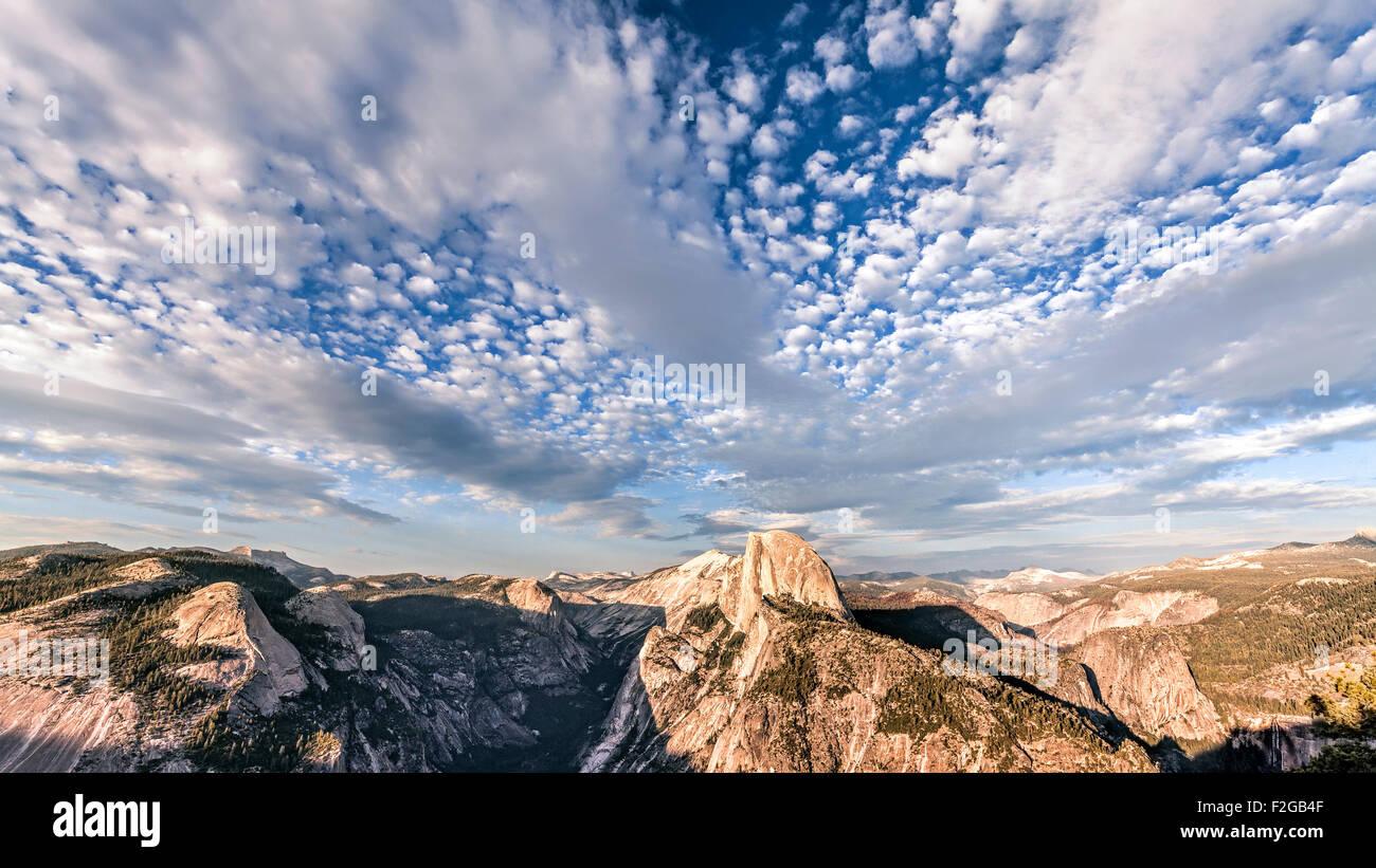 Beau ciel sur la montagne Half Dome, Yosemite National Park au coucher du soleil, en Californie, aux États Photo Stock