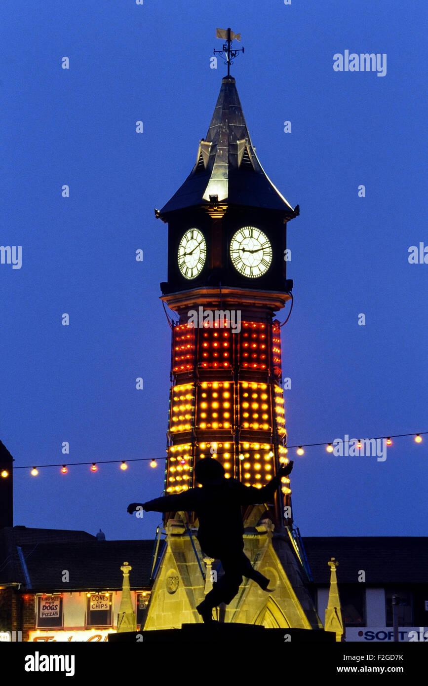 Tour de l'horloge et la statue de pêcheur Jolly la nuit. Skegness. Le Lincolnshire. L'Angleterre. UK Photo Stock