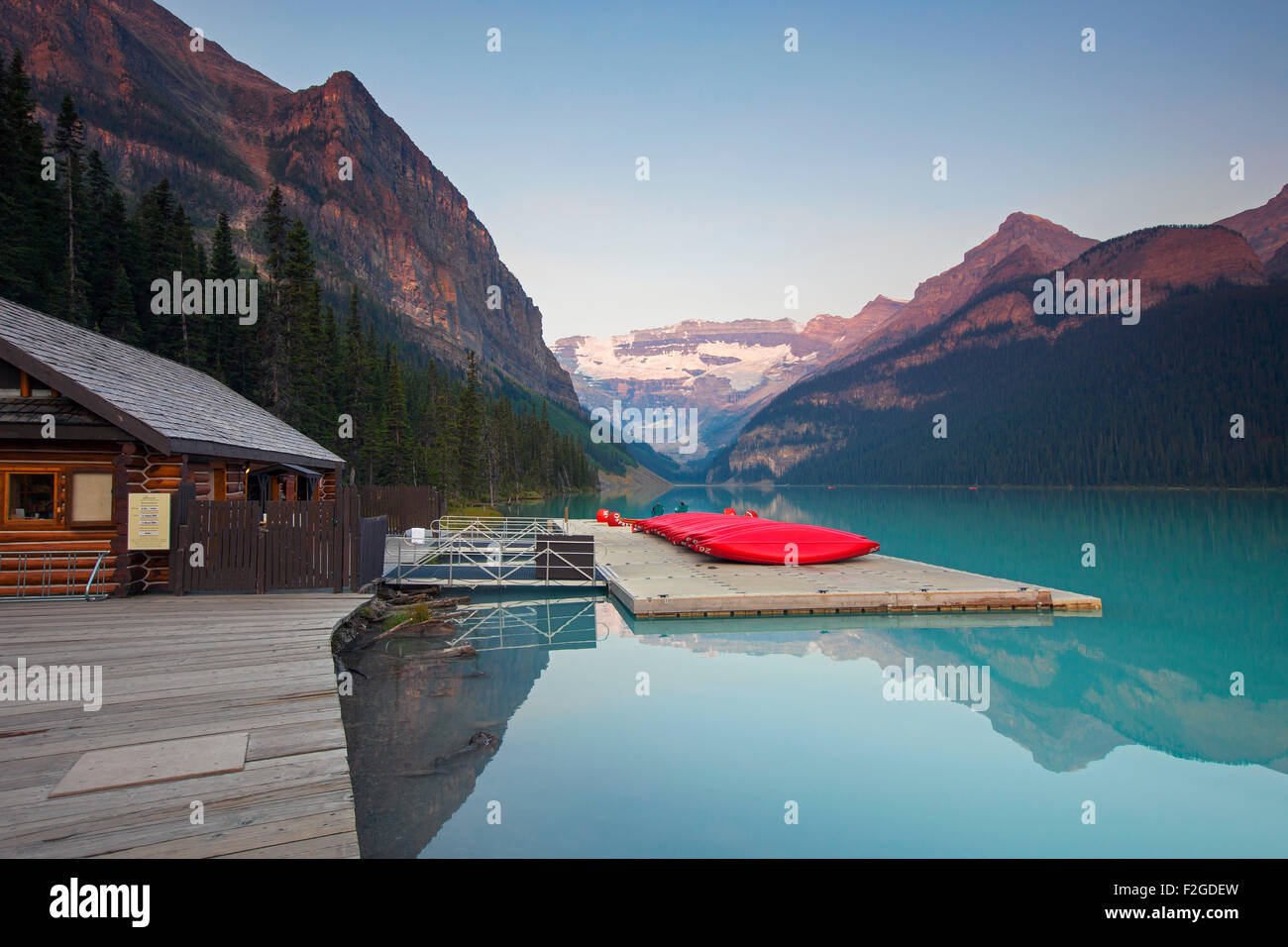 Canoës rouge au Lac glaciaire Louise avec Victoria Glacier, Banff National Park, Alberta, Canada Photo Stock