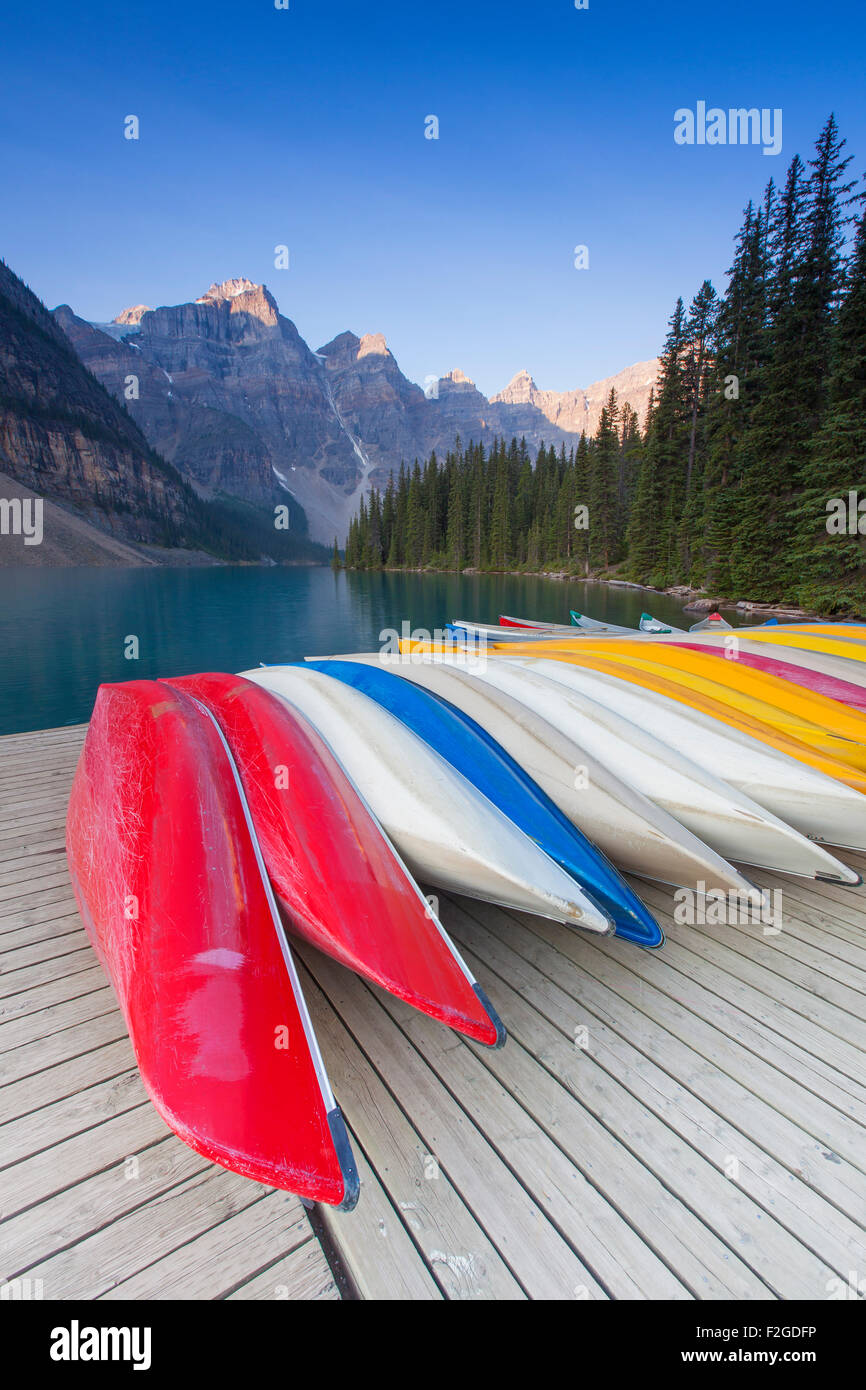 Canoës colorés au lac Moraine dans la vallée des Dix-Pics, Banff National Park, Alberta, Canada Photo Stock