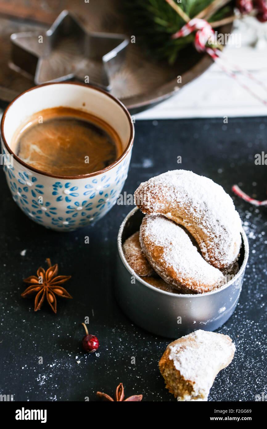 Vanillekipferl (biscuits à la vanille en forme de croissant) étant surmontées de sucre vanillé Photo Stock