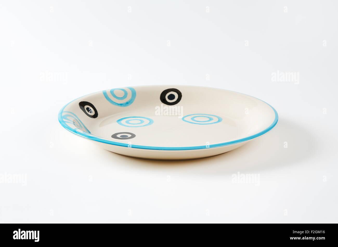 Soupe blanche et noire avec plaque de cercles bleus Photo Stock