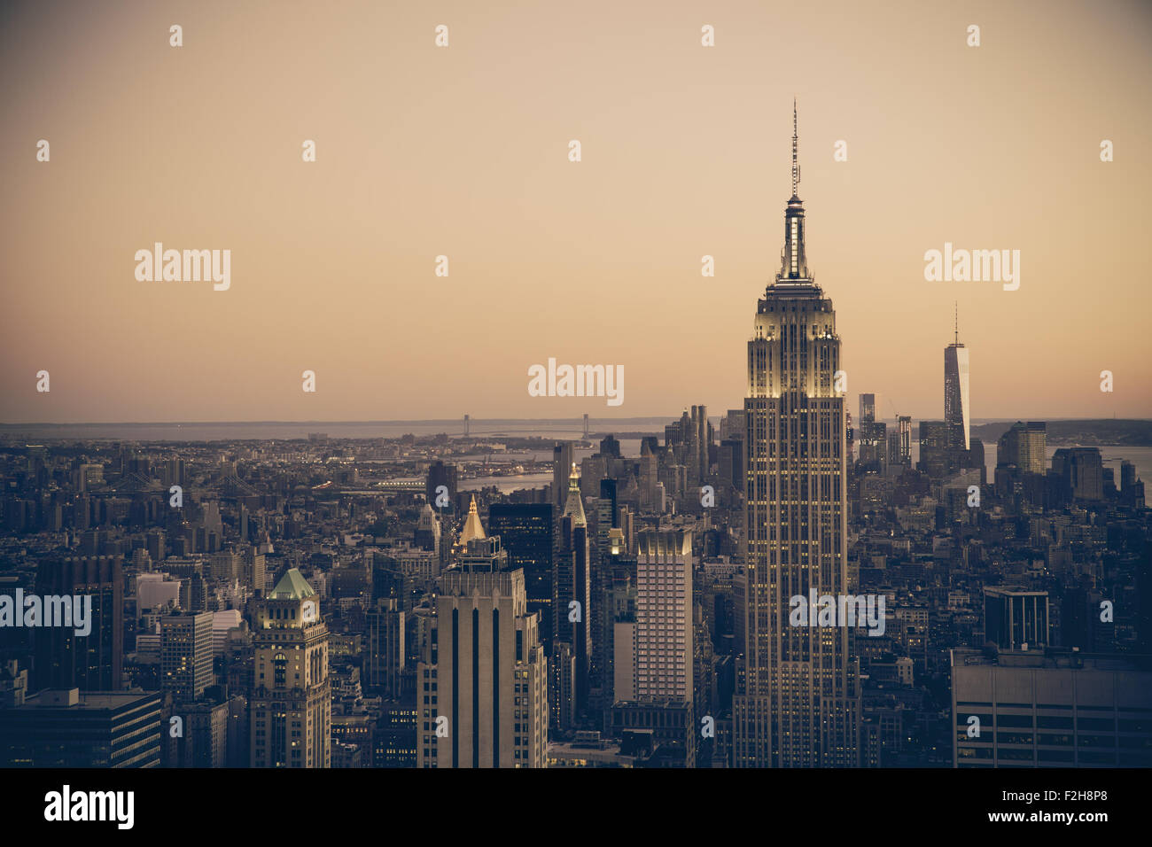 New York City skyline at Dusk bâtiments avec ton rétro effet du filtre Photo Stock
