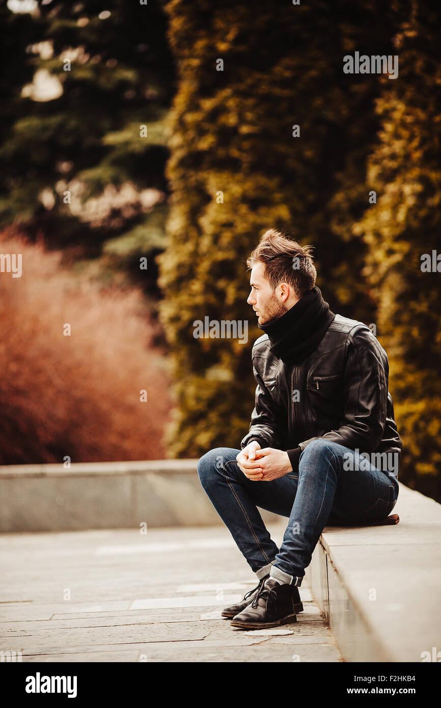 Homme confiant posant dans selvedge jeans Photo Stock