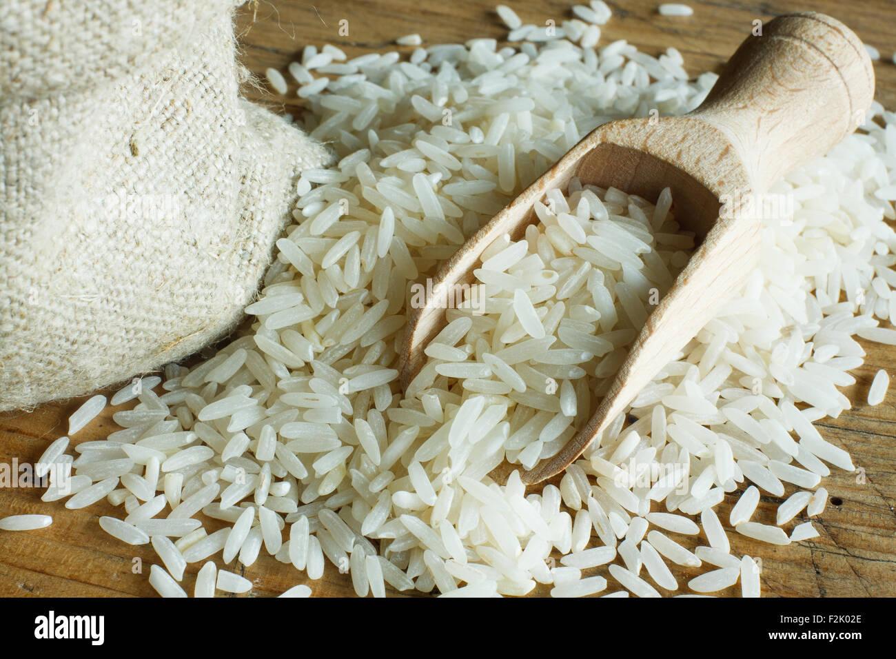 Riz sur cuillère en bois Photo Stock