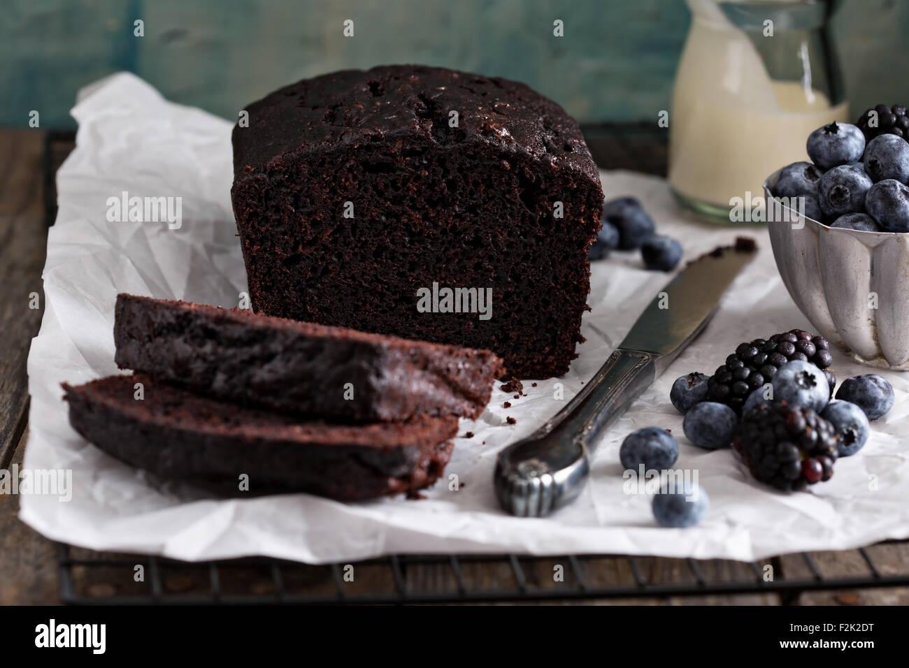 Gâteau de pain au chocolat prêt à être décoré en tranches Photo Stock