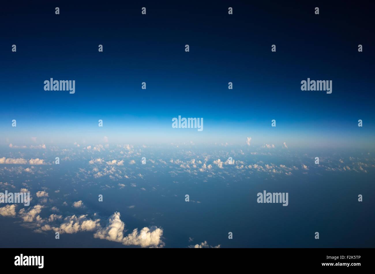 Chambres vue sur la fenêtre de l'avion volant au-dessus du Mexique en vue de la ville de Mexico. Photo Stock