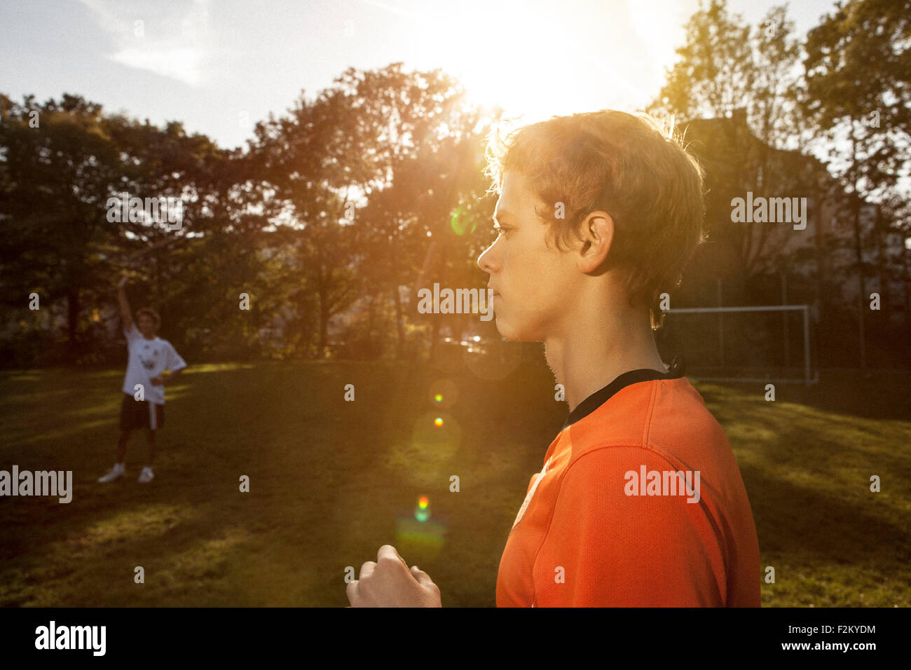 Adolescent sur terrain de football Banque D'Images