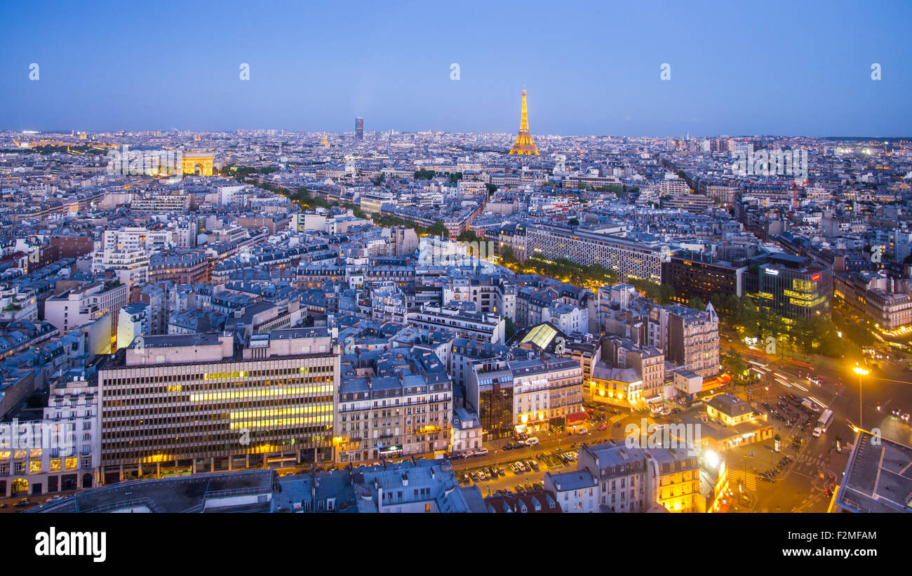 Les toits de la ville de Paris, Arc de Triomphe et la Tour Eiffel, vue sur les toits, Paris, France, Europe Photo Stock