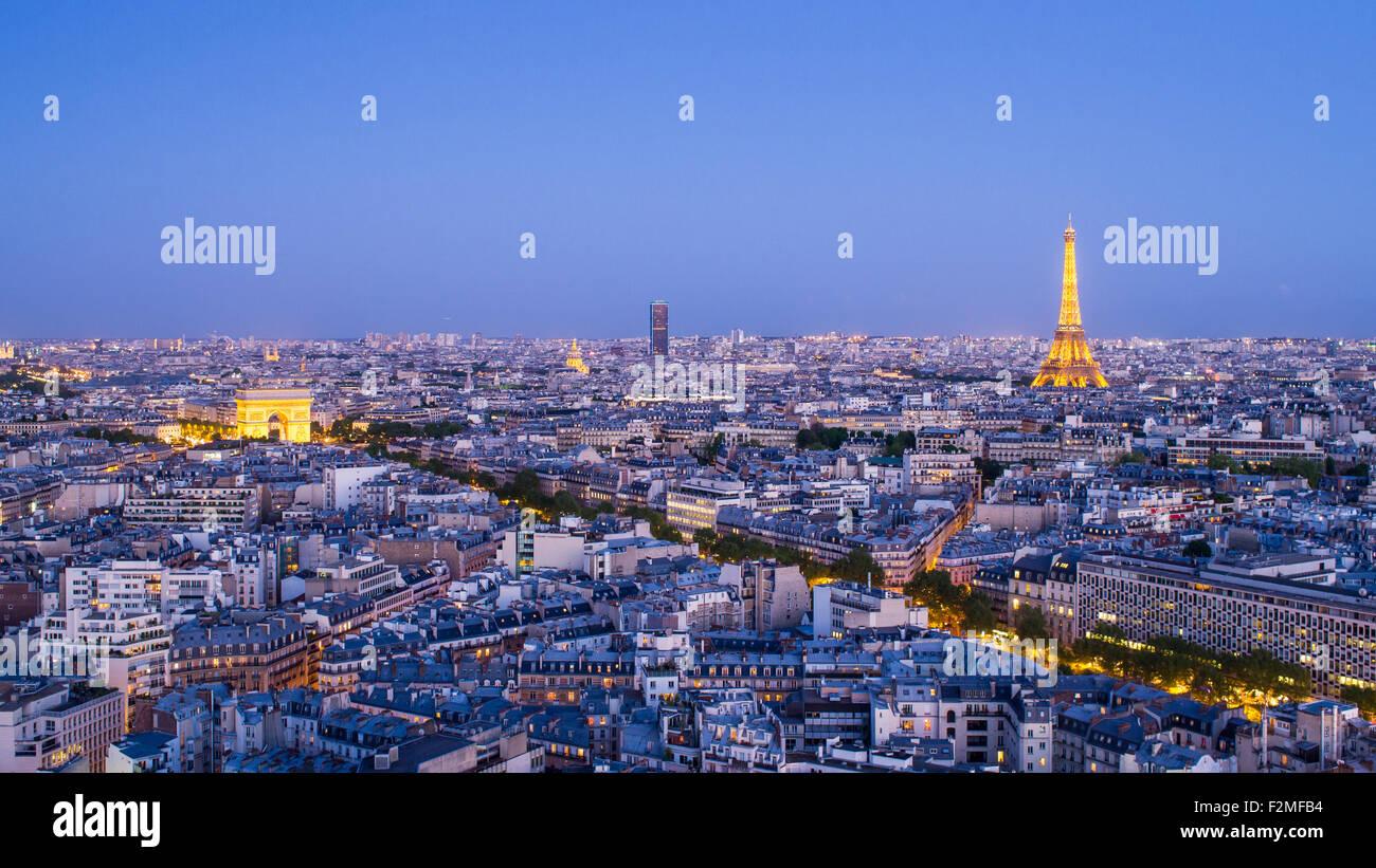 Les toits de la ville de Paris, Arc de Triomphe et la Tour Eiffel, vue sur les toits, Paris, France, Europe Photo Stock