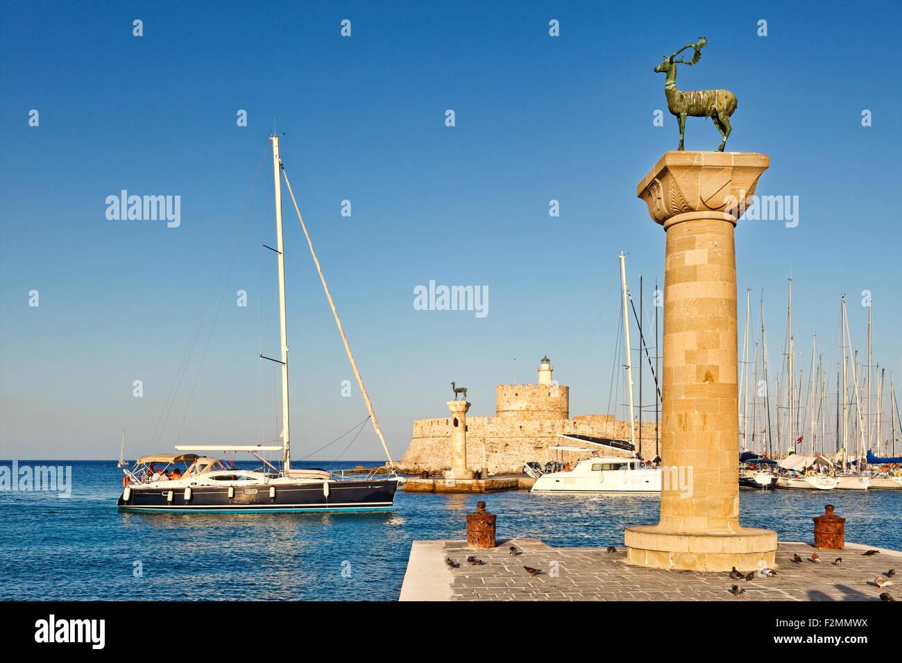 L'entrée avec les cerfs de l'ancien port de Rhodes, Grèce Photo Stock