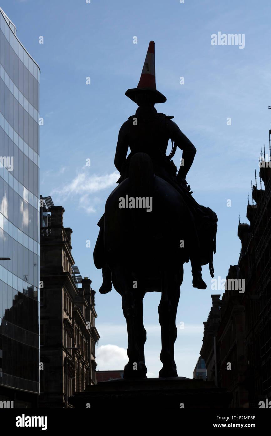Statue du duc de Wellington Glasgow et cône de circulation sur sa silhouette de tête, dans le centre-ville, Royal Exchange Square / Queen Street, Écosse, Royaume-Uni Banque D'Images