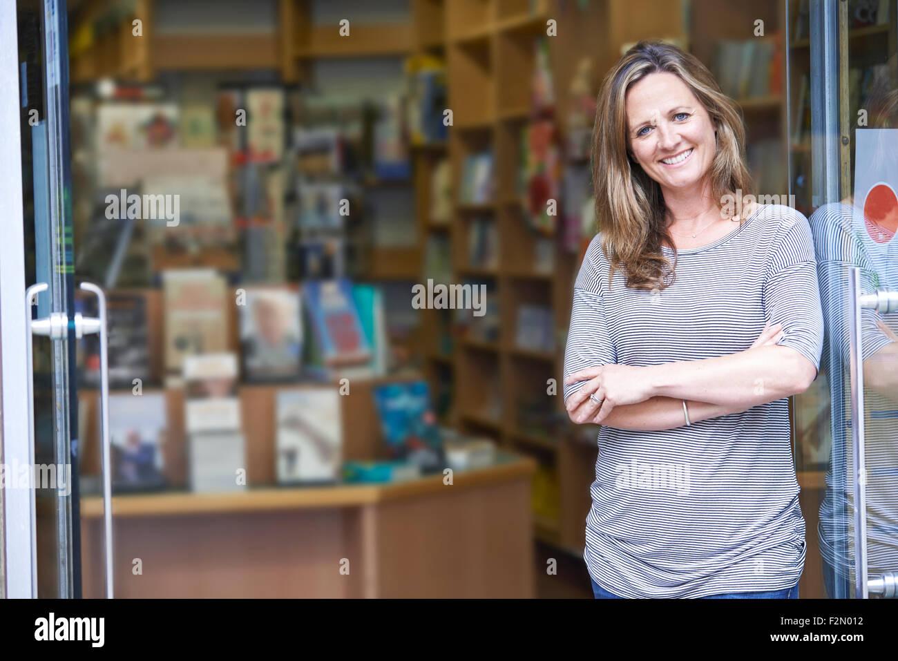 Portrait de femme libraire, entreposage extérieur Photo Stock
