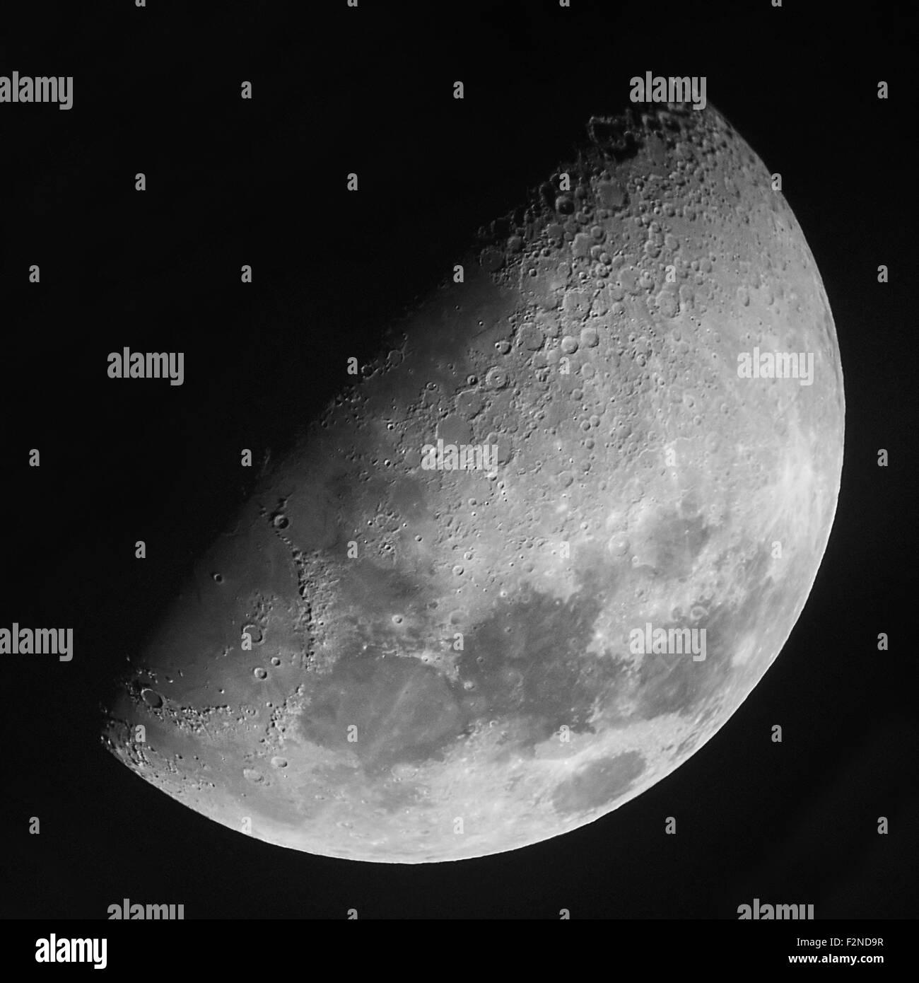 Photographie réelle de demi lune prise au foyer primaire au moyen d'un pouce 5 / 127mm Maksutov-Cassegrain Photo Stock