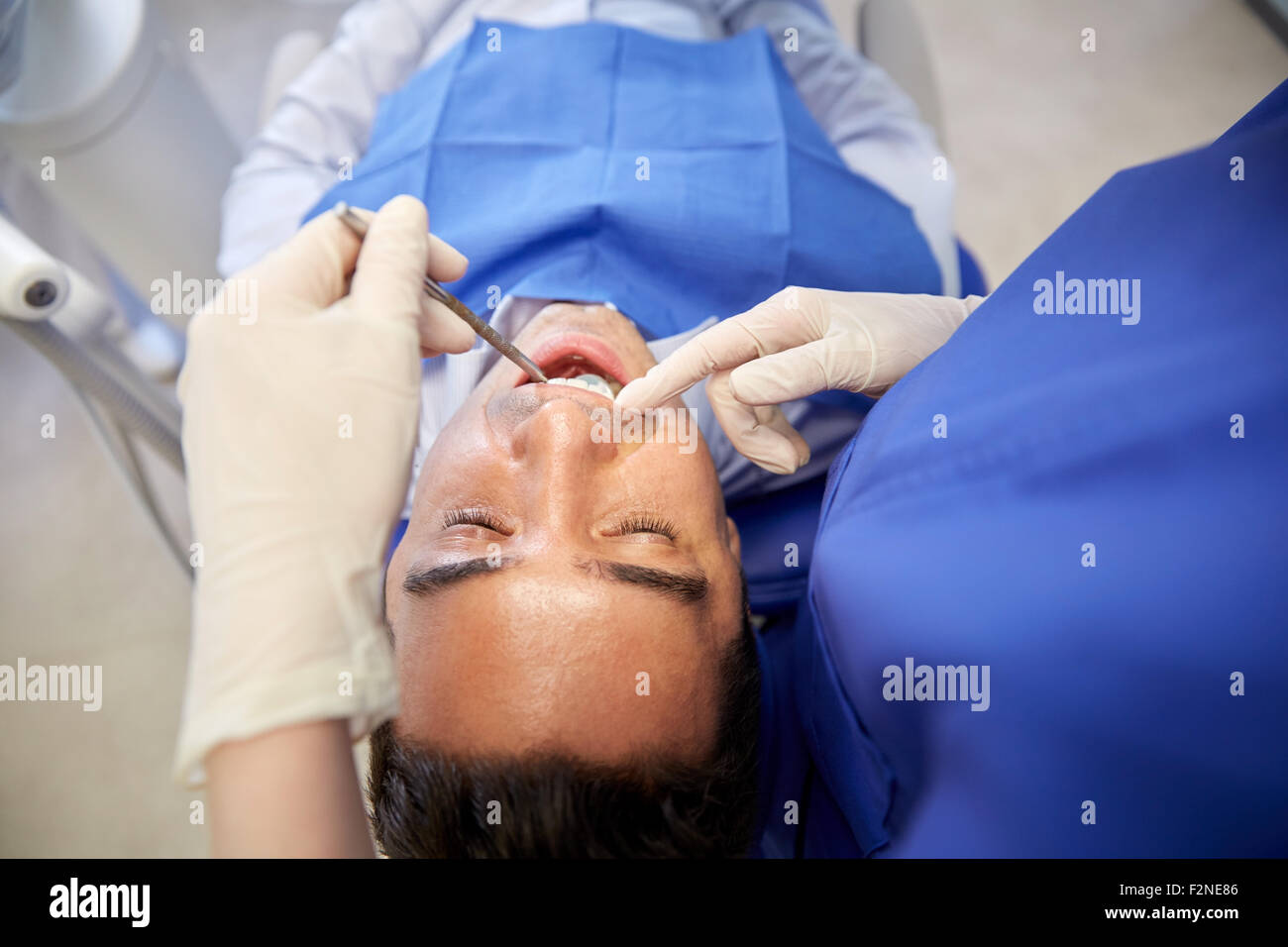 Close up de contrôle dentiste dents male patient Photo Stock