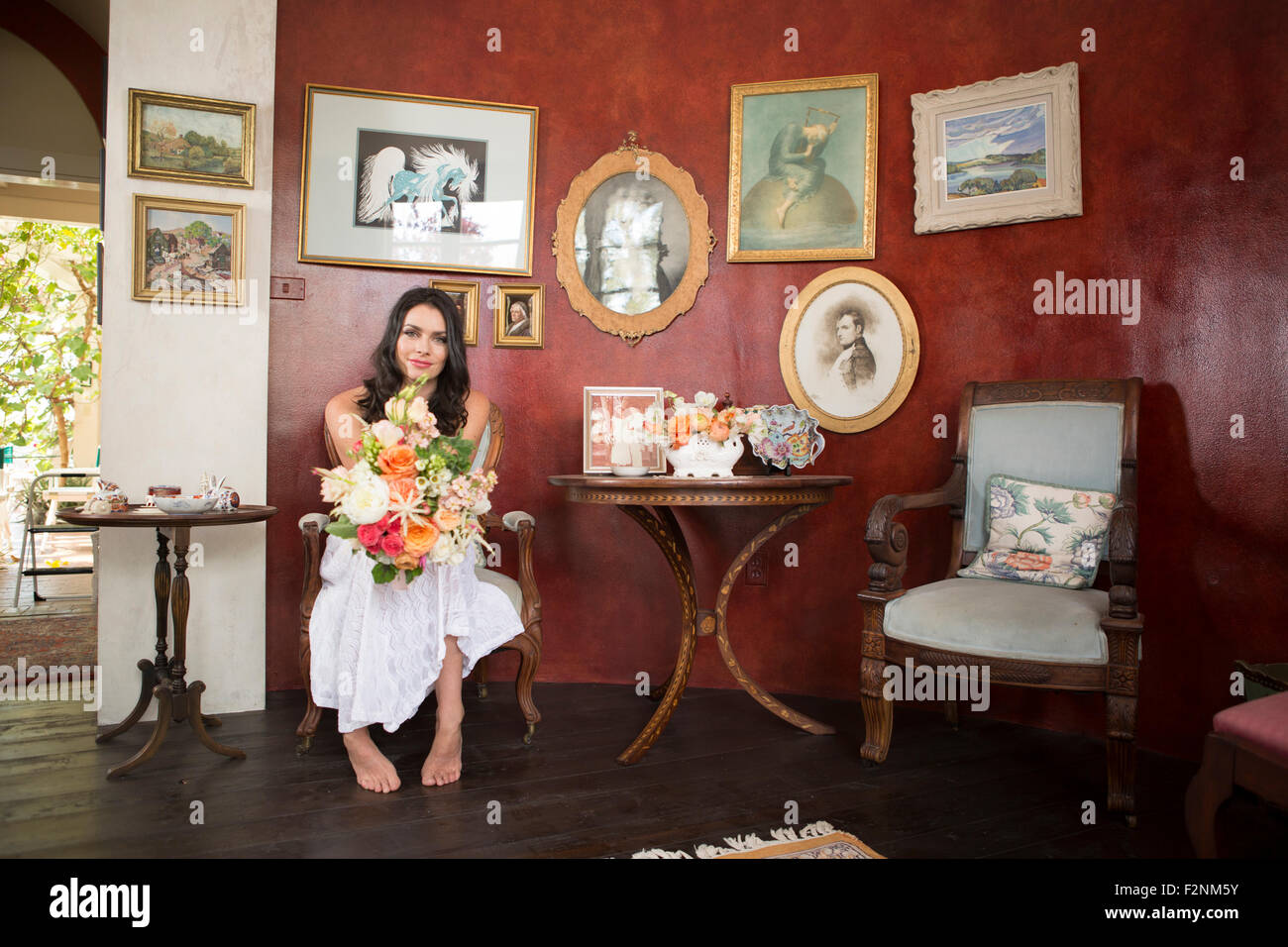 Bride holding bouquet de fleurs dans la salle d'attente Banque D'Images