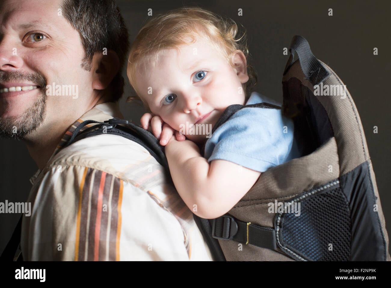 Woman carrying son on retour Banque D'Images