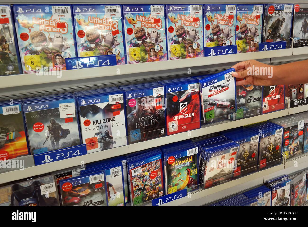 Affichage magasin rempli de jeux pour PlayStation 4 console de jeu vidéo d'une maison Photo Stock