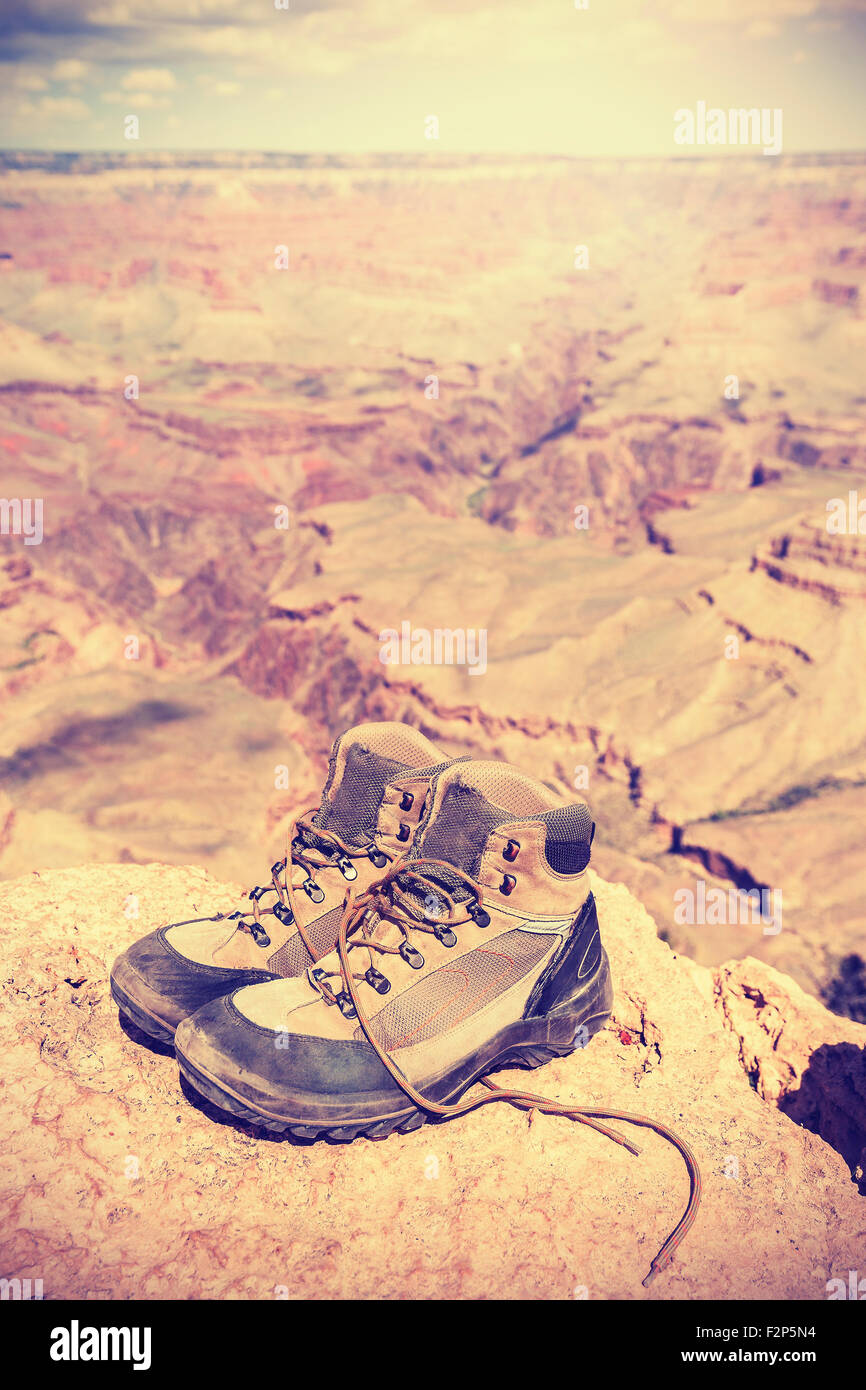 Tons Vintage ancien chaussures de marche debout sur South Rim du Grand Canyon, adventure concept photo. Photo Stock