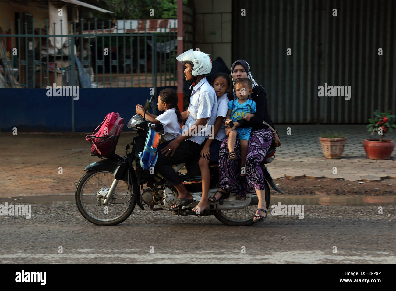Cinq personnes de la famille scooter kids school run Photo Stock