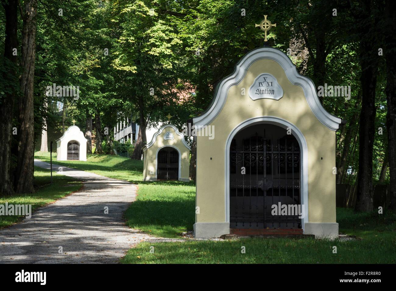 Carrefour pour le Calvaire et l'église Sainte Croix ou église du Calvaire, Bad Tölz, Upper Bavaria, Photo Stock