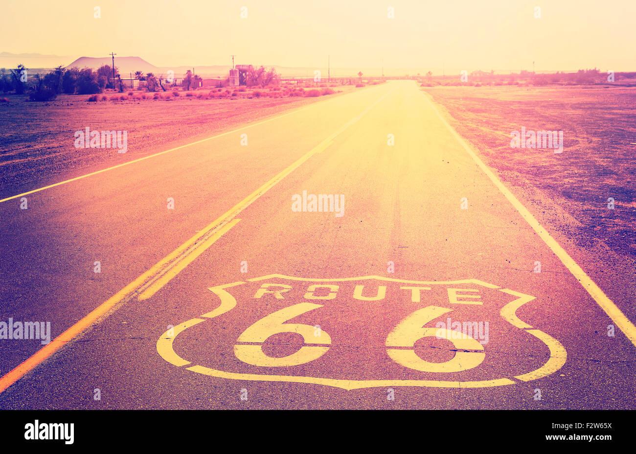 Au coucher du soleil filtrée Vintage Route 66, en Californie, aux États-Unis. Photo Stock