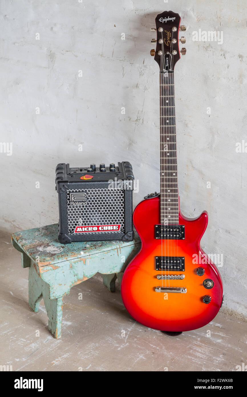 Une Epiphone guitare électrique et ampli Roland Micro Cube Banque D'Images