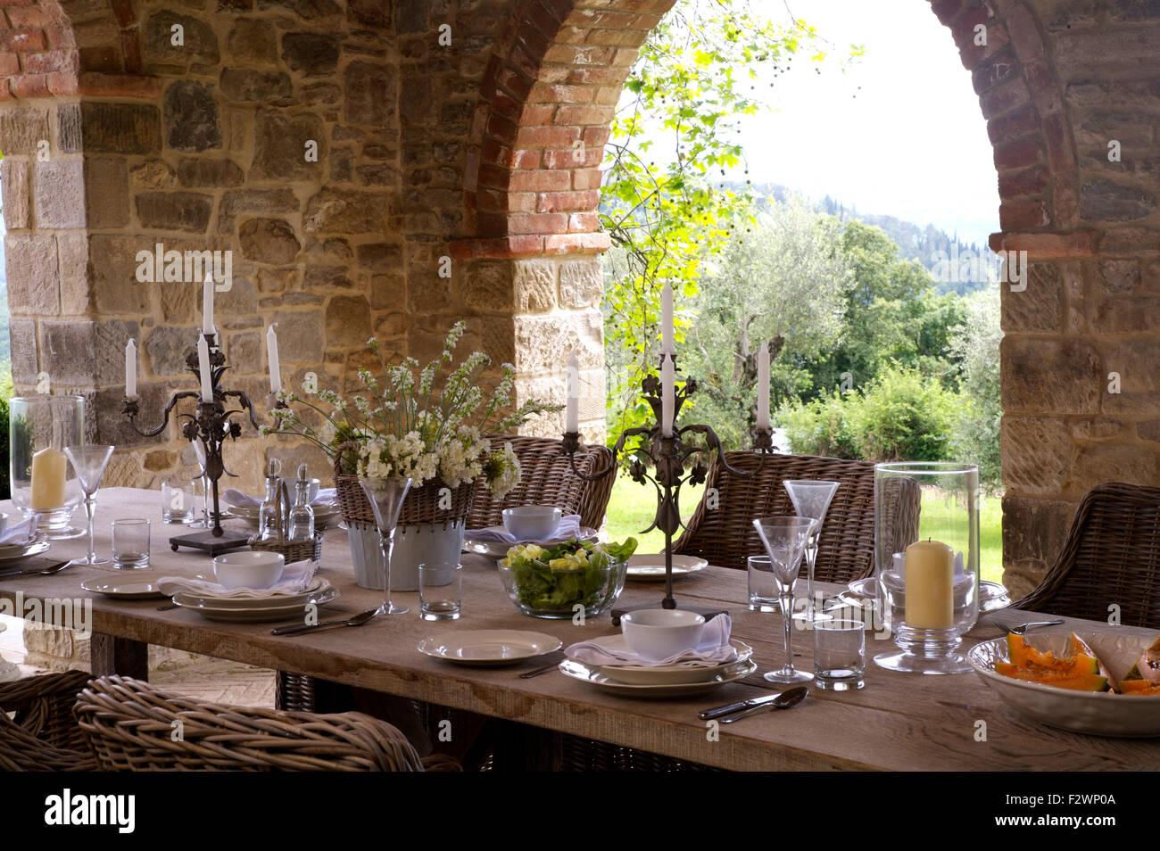 Set De Table Pour Le Dejeuner Sur La Veranda De La Villa De