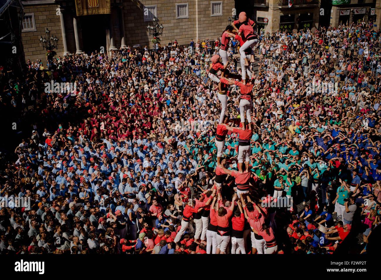 Barcelone, Catalogne, Espagne. Sep 24, 2015. Une tour humaine (castell en catalan) est construit à Barcelone. La Merce Festival (Festes de la Merce) a eu lieu la traditionnelle Jornada Castellera (tours humaines jour) dans la place de la mairie de Barcelone. © Jordi Boixareu/ZUMA/Alamy Fil Live News Banque D'Images