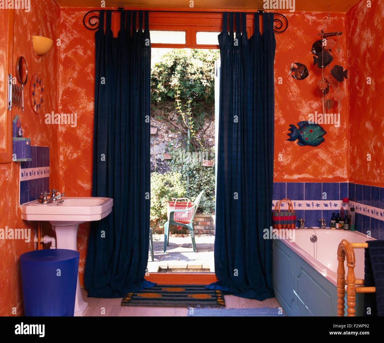 Rideaux Bleu Sur L Ouverture D Une Porte Fenetre En Orange 90 Salle