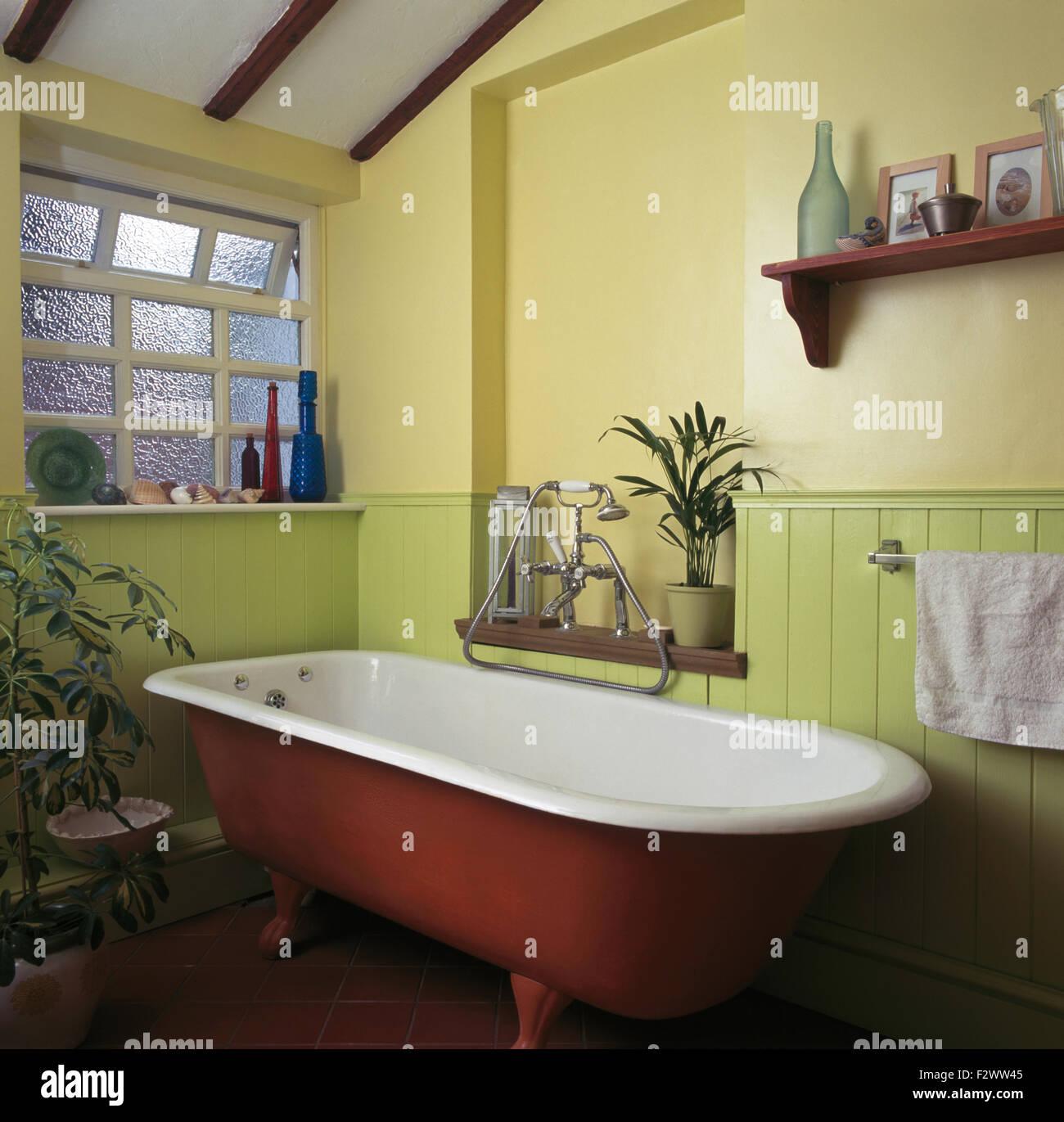 Baignoire en 90 Salle de bains avec fenêtre en verre dépoli ...